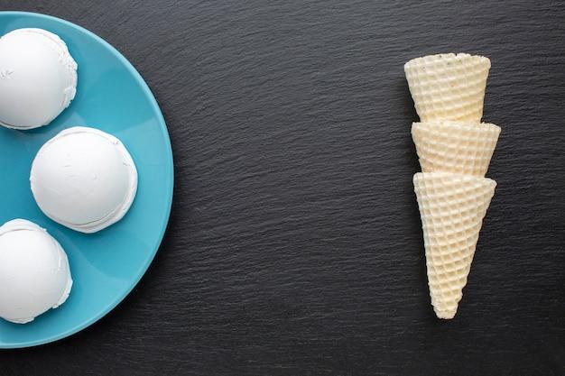 Copos e cones de sorvete com sabor
