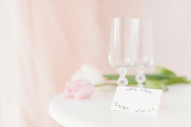 Copos e flores na mesa