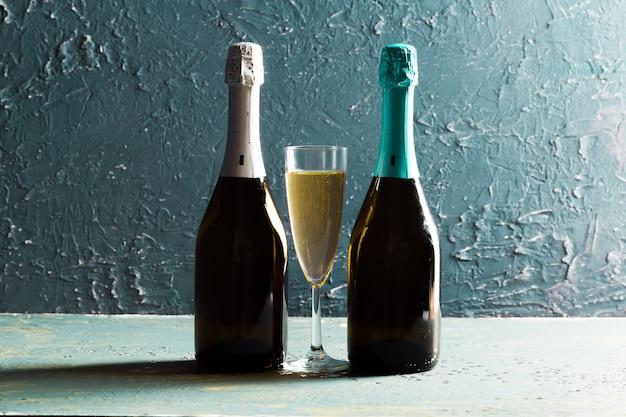 Copos e garrafa de champanhe