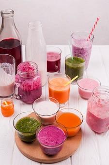 Copos e garrafas com bebidas coloridas