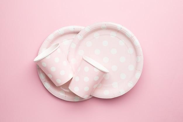 Copos e pratos de papel descartáveis de bolinhas em rosa