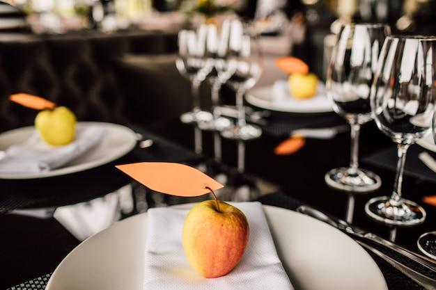 Copos espumantes fica na longa mesa preparada para o jantar de casamento
