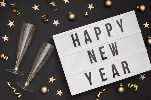 Copos festivos com sinal de feliz ano novo
