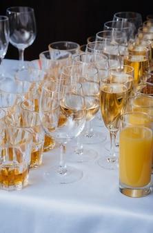 Copos festivos na mesa festiva durante o banquete. bebida alcoólica.
