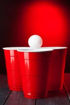 Copos jogo beer pong em cima da mesa