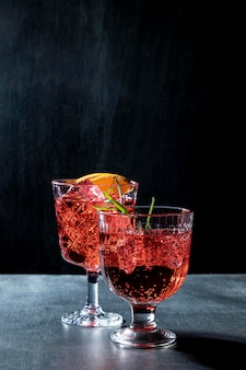 Copos na mesa com bebidas de frutas