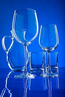 Copos para bebidas em um azul