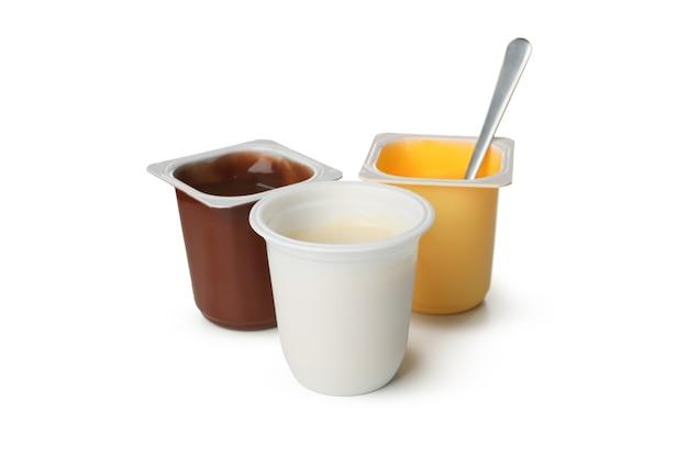 Copos plásticos de iogurte isolado no branco