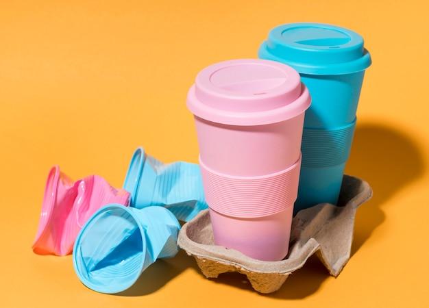Copos reutilizáveis coloridos na mesa
