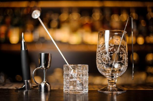 Copos vazios de cocktail dispostos no balcão do bar