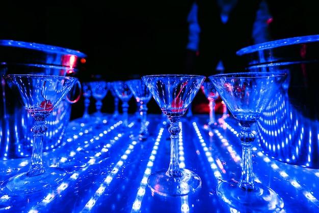 Copos vazios de martini com cereja em cima da mesa