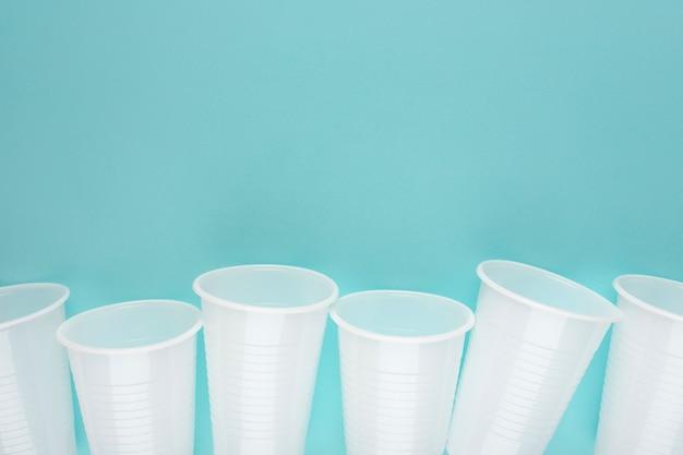 Copos vazios de plástico brancos dispostos em uma fileira