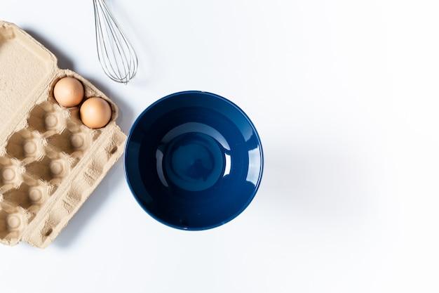 Copos vazios e ovos preparados para cozinhar