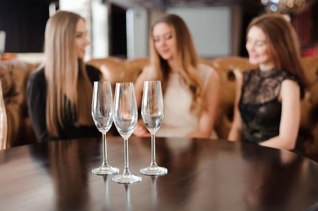 Copos vazios no restaurante em cima da mesa