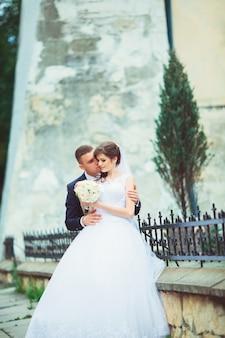 Cópula de casamento. linda noiva e noivo. casado agora mesmo. fechar-se. noiva e noivo no casamento abraçando. noivo e noiva em um parque.