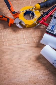 Copyspace composição ferramentas elétricas pinças de teste de resistência de isolamento chave de fenda rolo fita isolante amarela na placa de madeira