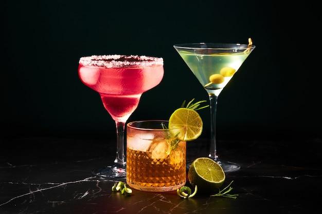 Coquetéis alcoólicos e não alcoólicos em uma mesa de mármore escuro refrescos de verão