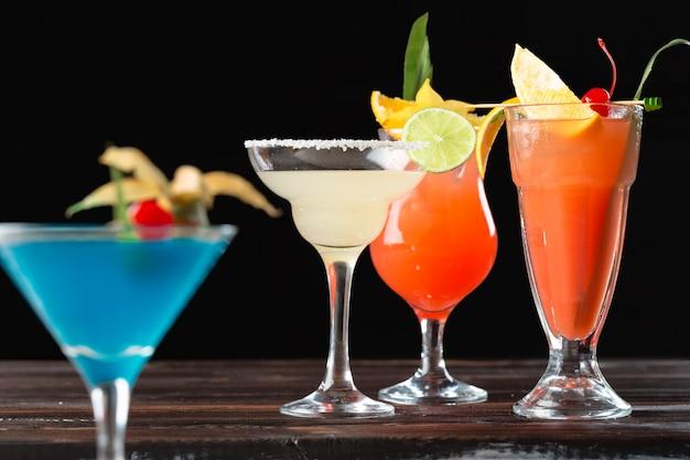 Coquetéis alcoólicos e não alcoólicos na mesa de madeira