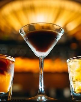 Coquetéis alcoólicos na mesa do bar