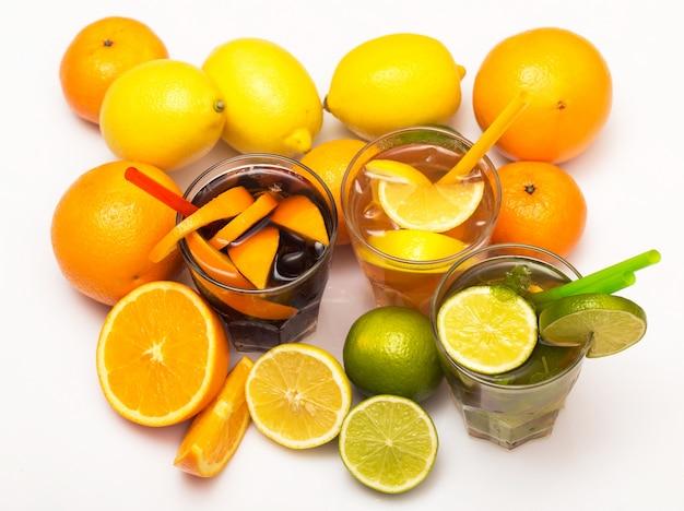 Coquetéis com diferentes frutas cítricas