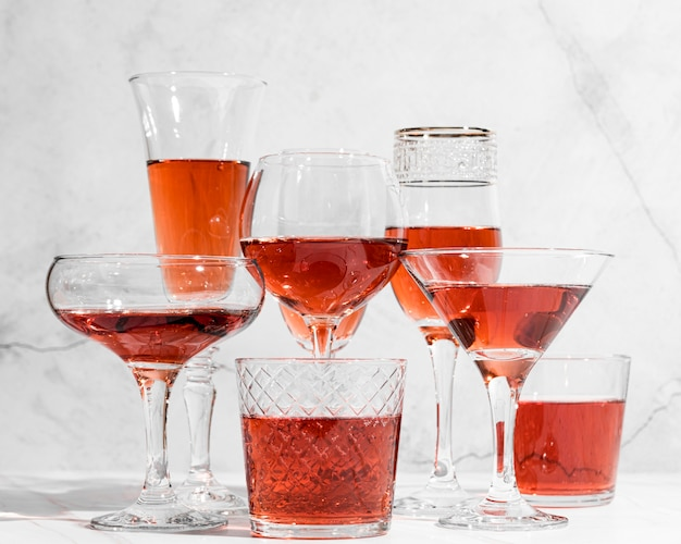Coquetéis de bebidas alcoólicas de vista frontal