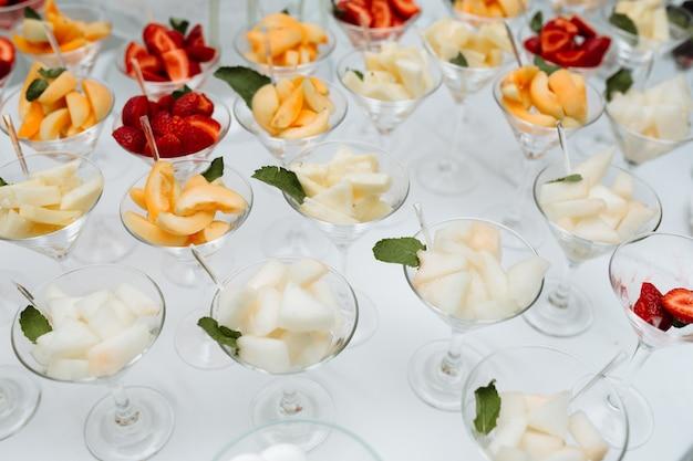 Coquetéis de catering com frutas na mesa