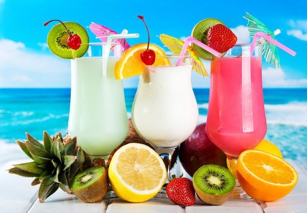 Coquetéis de frutas com frutas frescas na praia