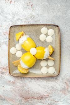 Coquetéis de limão com balas brancas em cima de um coquetel de frutas de mesa branca
