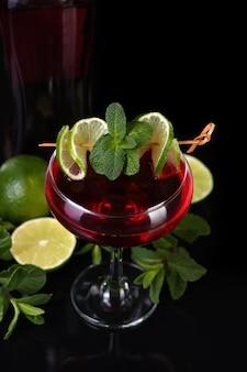 Coquetéis de martini rosso com limão e hortelã. bebida - aperitivo à base de vermute
