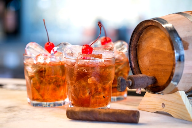 Coquetéis de rum escuro e tempestuoso com cereja