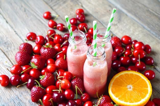 Coquetéis de smoothie com frutas vermelhas e frutas