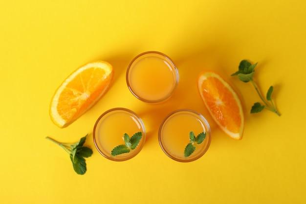 Coquetéis de tequila ao nascer do sol e ingredientes em amarelo