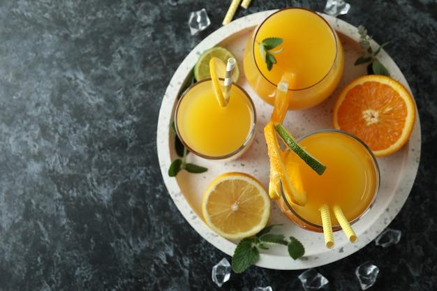 Coquetéis de tequila ao nascer do sol e ingredientes no escuro