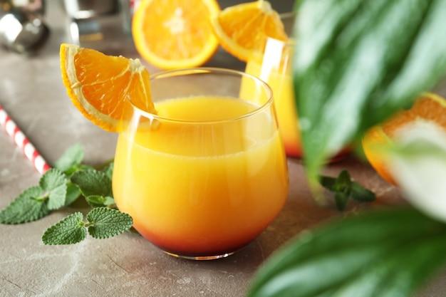 Coquetéis de tequila ao nascer do sol na mesa cinza texturizada, close-up