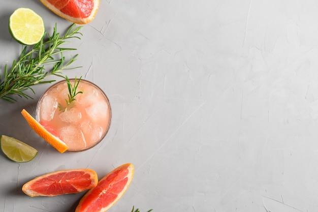 Coquetéis espumantes de toranja ou alecrim enfeite de limonada.