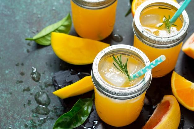 Coquetéis refrescantes de verão feitos de frutas cítricas e manga