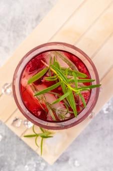 Coquetéis refrescantes de verão feitos de vinho rosado ou gim com framboesas e alecrim