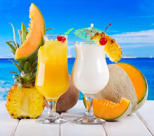 Coquetéis tropicais com frutas frescas na praia