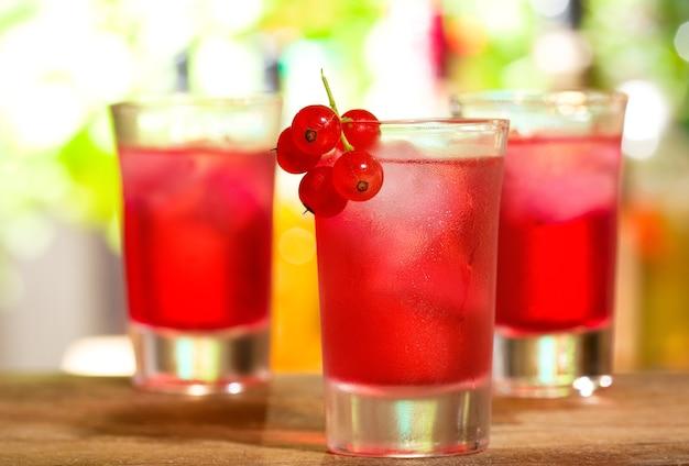 Coquetéis vermelhos com groselha em bar