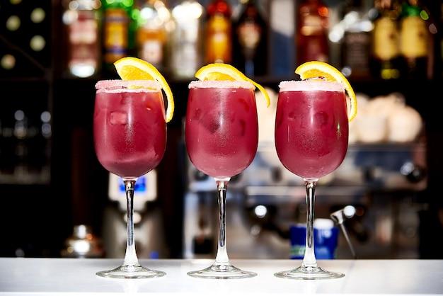 Coquetéis vermelhos frescos estão no bar