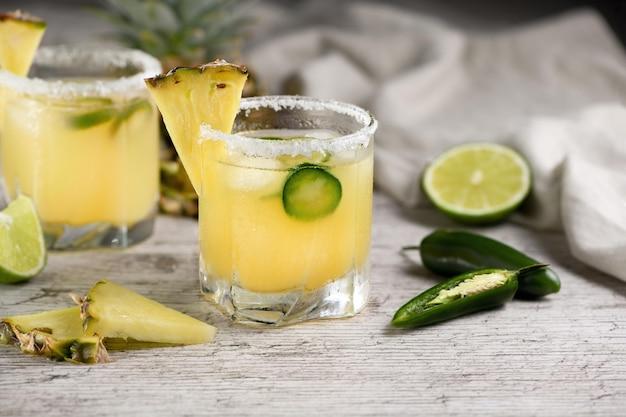 Coquetel alcoólico abacaxi margarita tequila com limão e jalapeño
