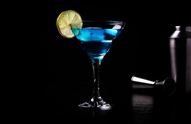 Coquetel alcoólico azul decorado com uma rodela de limão