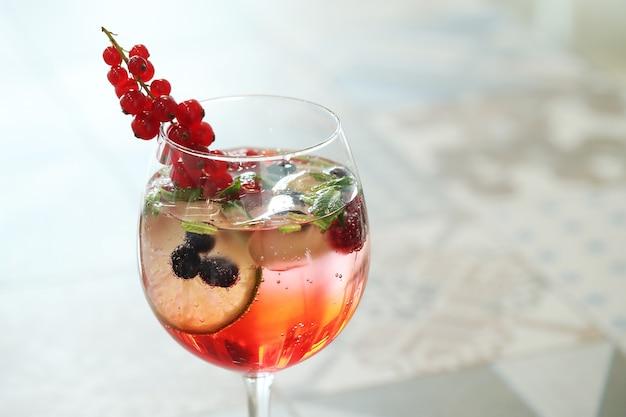 Coquetel alcoólico com frutas