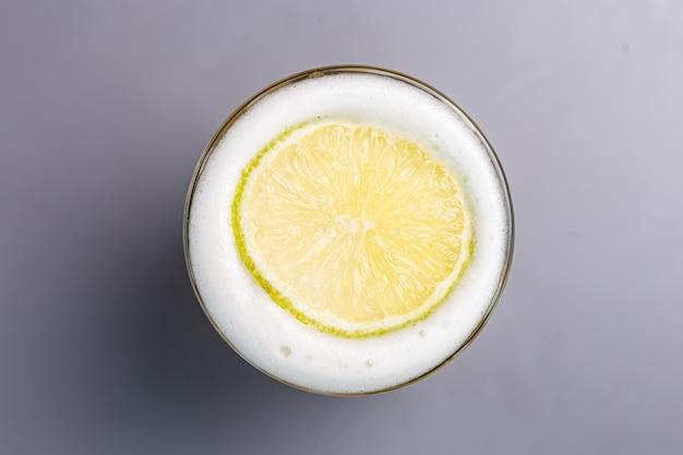 Coquetel alcoólico com limão em uma vista superior de vidro de vidro.