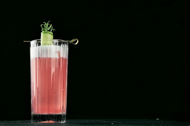 Coquetel alcoólico com melancia e pepino em um copo com gelo