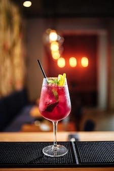 Coquetel alcoólico de frutas frescas de verão em um copo