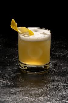 Coquetel alcoólico em taça de vidro transparente.