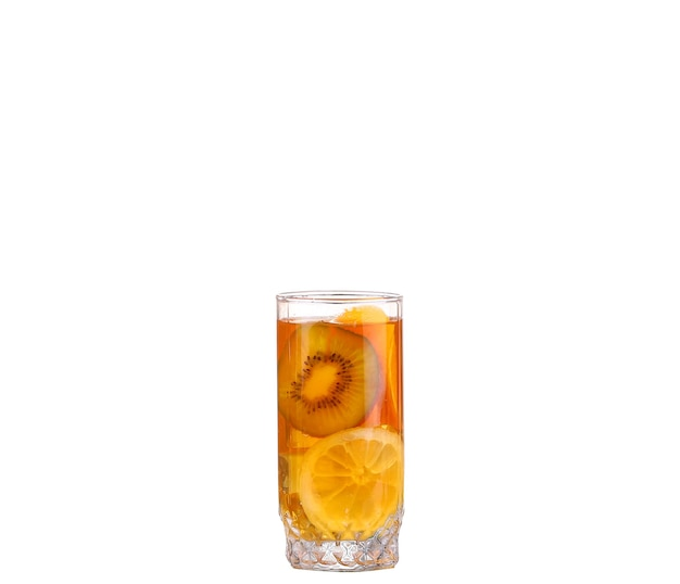 Coquetel âmbar em um copo isolado em um fundo branco