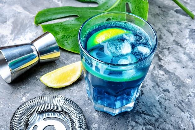 Coquetel azul com gelo