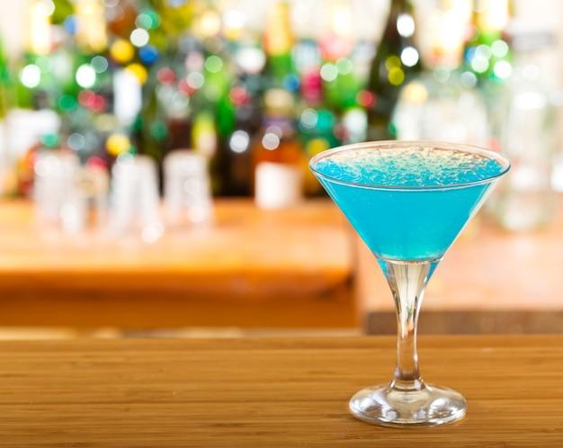 Coquetel azul em bar